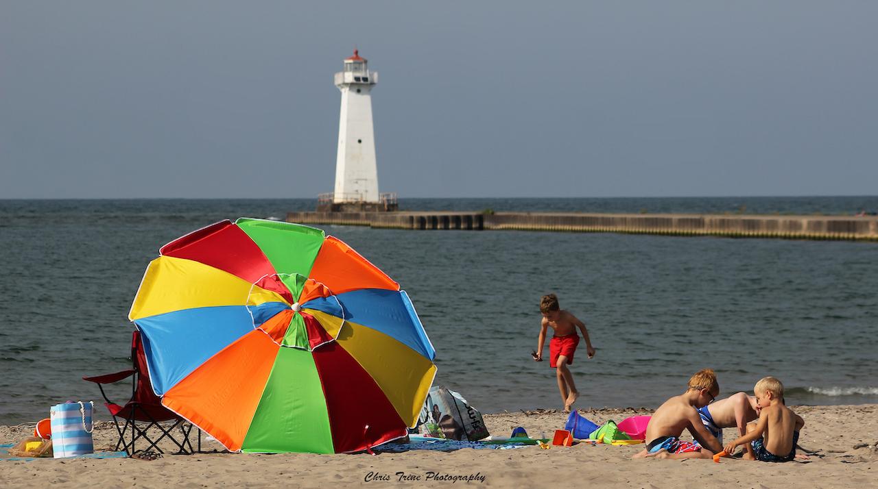 Colorful day along Lake Ontario (photo)